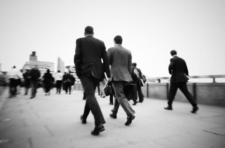 Prečo by mali absolventi skúsiť prácu v zahraničí