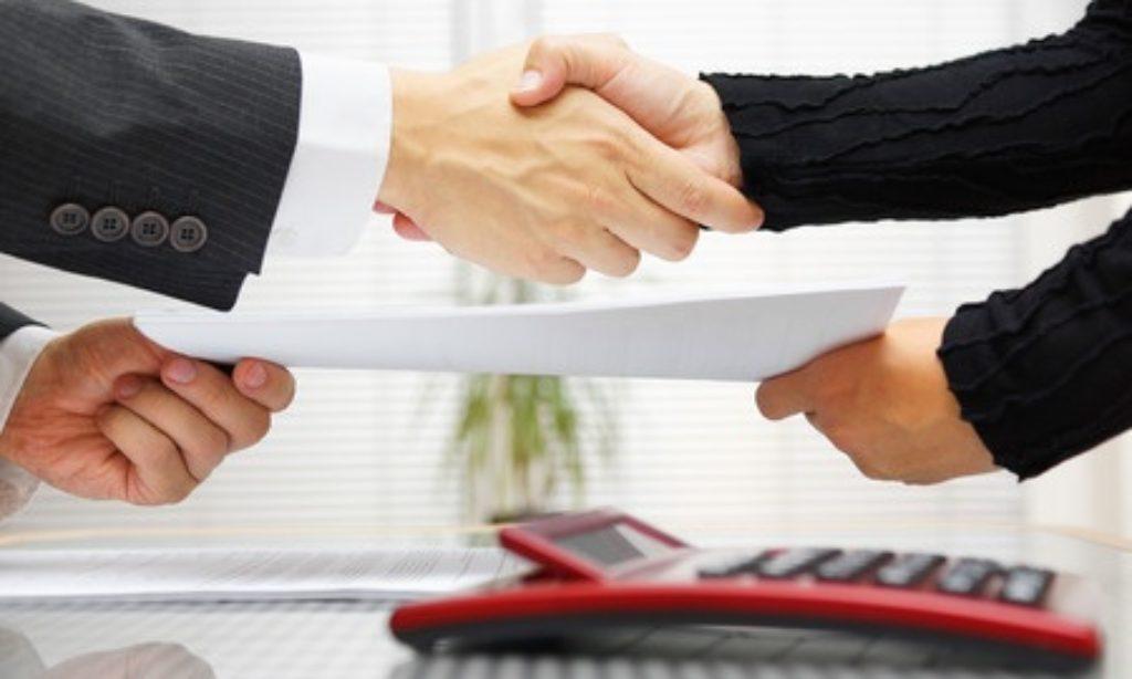 Na verejné zákazky posielajú podnikatelia menej ponúk