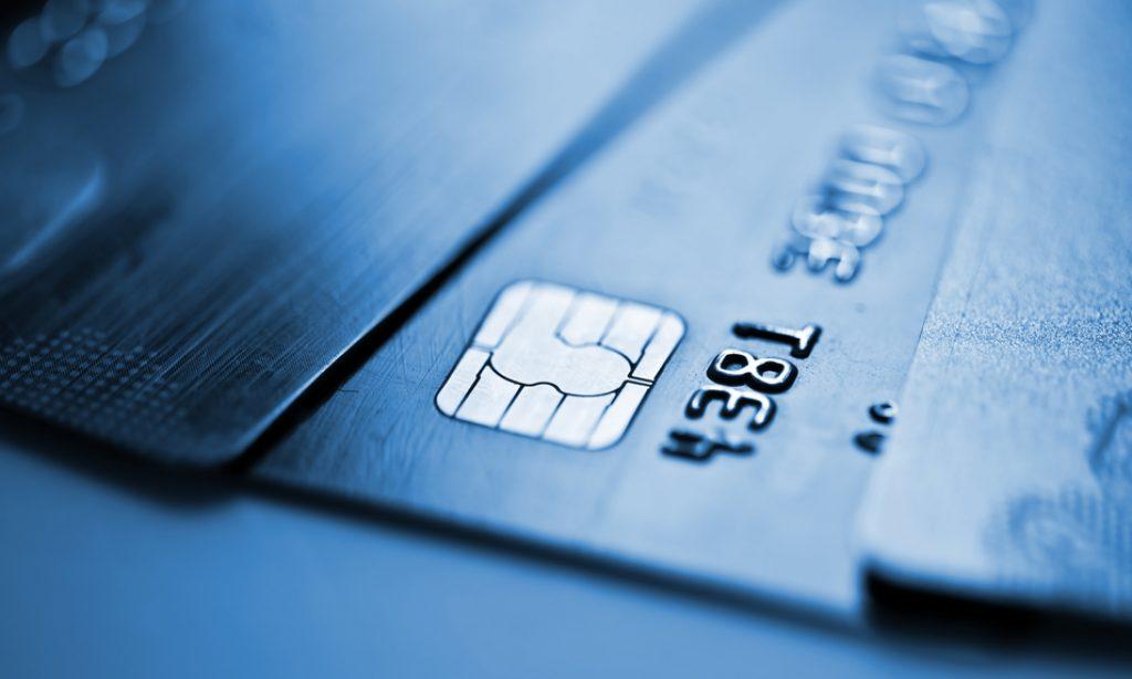 Neplaťte zbytočné poplatky banke, ak chcete ušetriť!